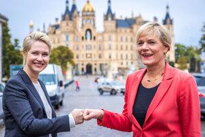 Manuela Schwesig a Simone Oldenburg počas rokovaní o zostavení koalície