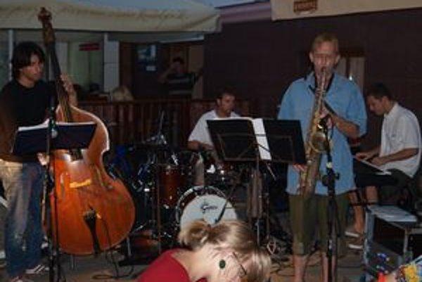 Včera Jazz na korze (na pešej zóne) otvorila kapela Continental Jazz Quartet. Na Kupeckej ulici hrala EGO Group.