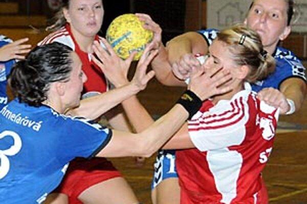 Šaľanka Szarková v akcii proti hráčkam Veselí.