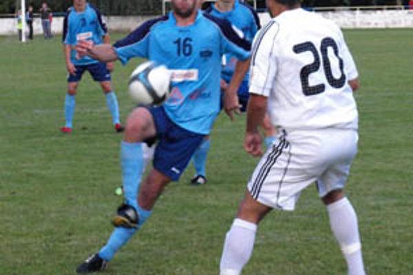 Víťazná generálka Nitry. Galádov tím v piatok zdolal Dunajskú Stredu 1:0. V akcii už bol aj rekonvalescent Tóth, na snímke za Kaspřákom a Štetinom.