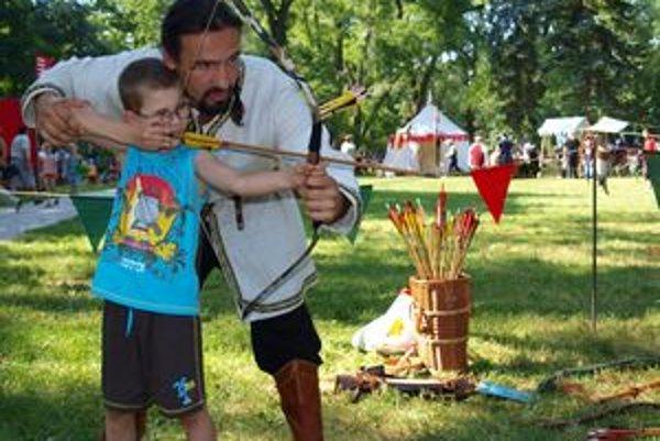Patrik Feben v historickej osade Nitrava učil deti strieľať z luku. Usmerňoval aj 6-ročného Miška z Tlmáč.