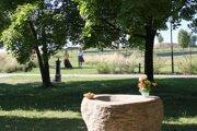 Obradné miesto, v pozadí záhony Záhrady spomienok.