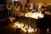 Na snímke sviečky počas sviečkovej vigílie za zosnulú kameramanku Halynu Hutchinsovú.