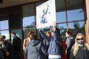 Sudcovia a zamestnanci súdov z obvodu Krajského súdu v Bratislave počas protestného zhromaždenia proti navrhovanej reforme súdnej mapy pred budovou Ministerstva spravodlivosti.