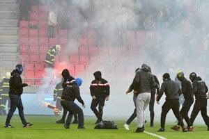 Bitka futbalových chuligánov počas zápasu Trnava - Slovan.