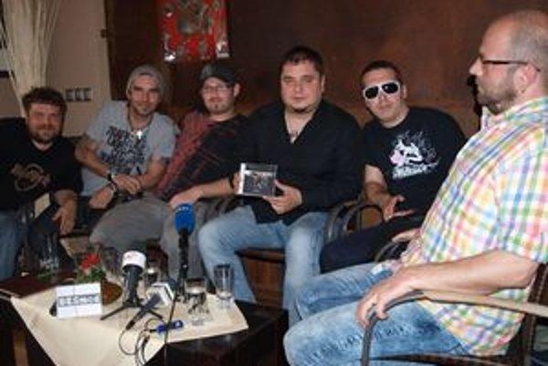 Desmod s novým albumom - zľava manažér kapely Michal Kožuch, Ján Škorec, Richard Synčák, Kuly, Dušan Minka a Rado Mešša.