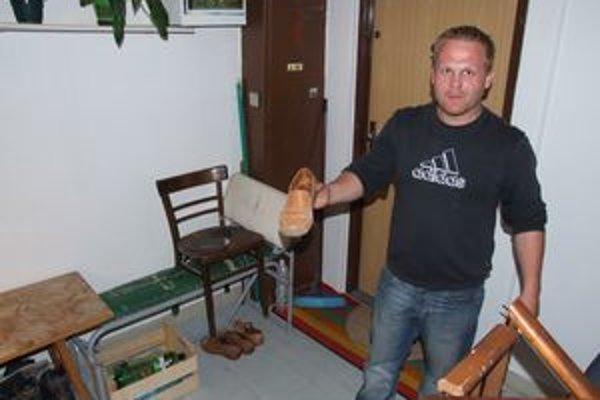 Muža, ktorý sa ukájal na chodbe domu, zadržal Tomáš (na snímke) s kamarátom.