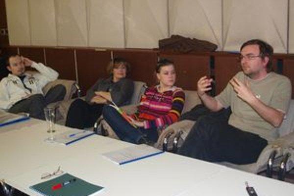 Dramaturg Daniel Majling s hercami počas čítačky.