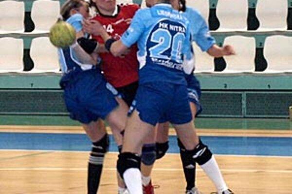 Katarína Hanakovičová (s loptou) hrala proti svojim bývalým spoluhráčkam.