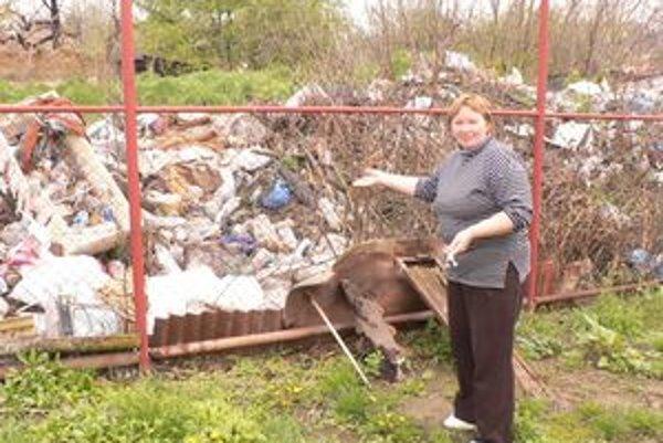 Skládka komunálneho odpadu dlhé roky znepríjemňovala život teraz už 82-ročnej babičky. Obec by ju mala odstrániť až tento rok.