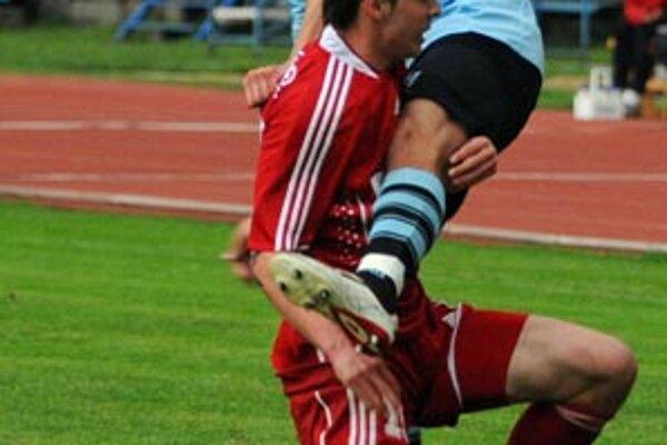 Michal Ďuriš z Banskej Bystrice (vľavo) blokuje hráča Nitry Petra Kaspřáka.