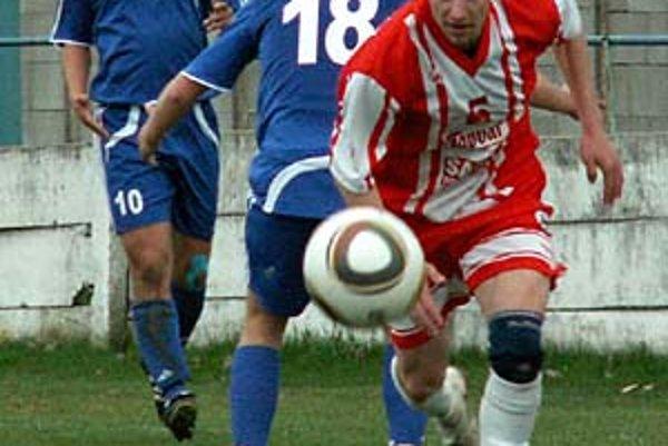 Hráč Topoľčian Ondrej Čurgali vyrovnával vo Vrábľoch na 1:1.