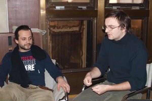 Hudbu k inscenácii vytvoril Marián Čekovský (vľavo), dramaturgom je Daniel Majling.