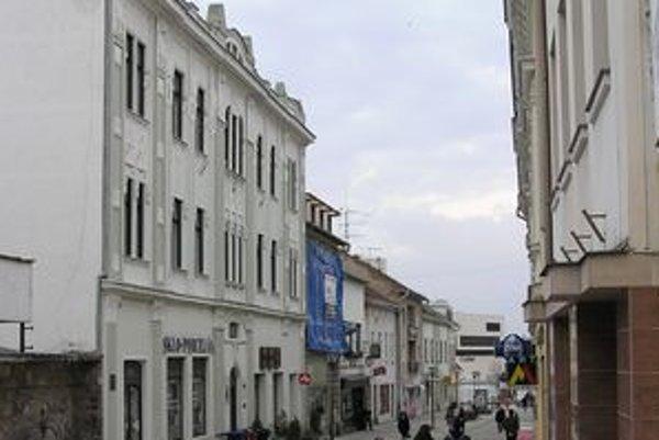 Kultúrna pamiatka na Kupeckej 16 (vľavo). Viacerí nájomníci z nej po zmene majiteľa odišli. Sťahovať sa bude aj predajňa skla na prízemí.