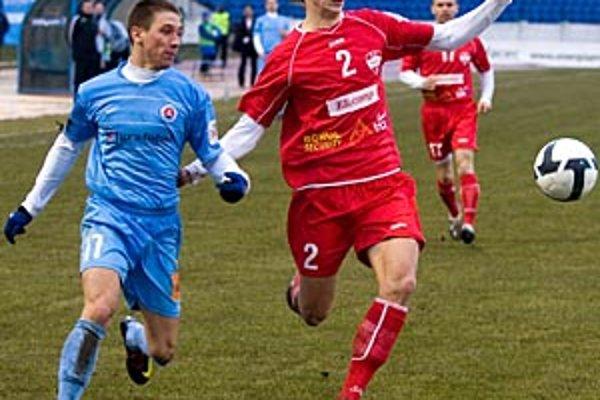 Stále len 18-ročný Majo Kolmokov dosiahol prvý ligový gól v hlavnom meste. Vľavo slovanista Sylvester.