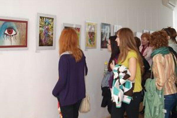 Do súťaže Plagát roka 2010 - Drogový svet očami mladých sa zapojilo o 80 percent viac súťažiacich ako vlani. Výstava je inštalovaná v KOS, neskôr pôjde aj do iných slovenských miest.