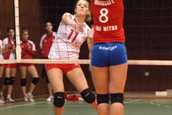 Volejbalistky oboch nitrianskych celkov začali play-off hladkými prehrami.