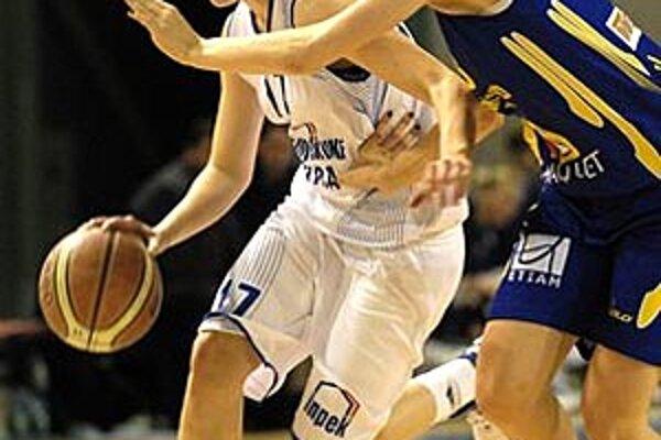 Najlepšia strelkyňa Nitry Andrea Oravcová v súboji s Košičankou Musovičovou.