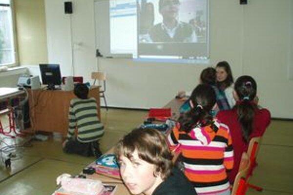 Videokonferencia medzi ZŠ na Topoľovej ulici v Nitre a základnou školou v Turecku.