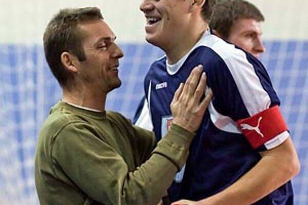 Trojgólový kapitán Peter Peciar sa teší spolu s jedným z dvojice trénerov MFsK Dušanom Marčanom.