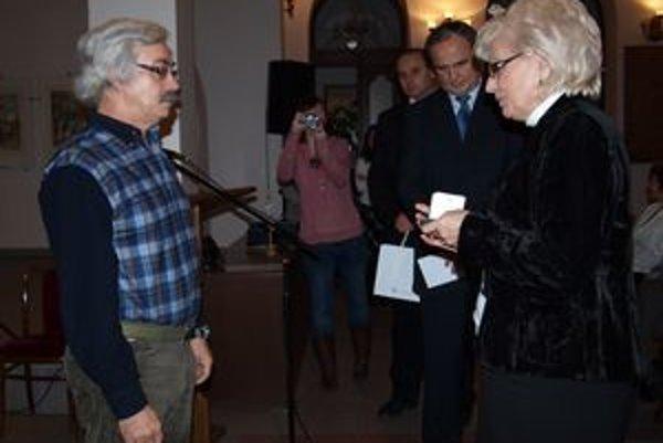 Jediným držiteľom medaily doktora Kňazovického sa stal Dušan Karaman z Nitry. Preberá ju od prezidentky SČK Heleny Kobzovej.