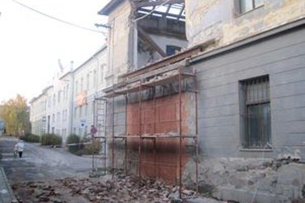Časť steny historickej budovy bývalých kasární sa zrútila na Vojenskú ulicu.