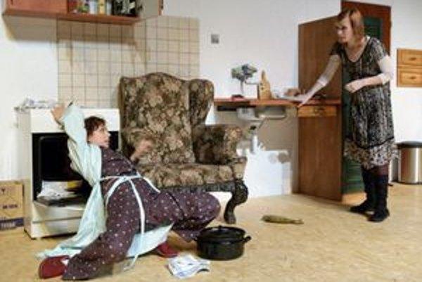 Hra Šťastné a veselé! je o vzťahoch. Eva (Kristína Turjanová, vľavo) problémy s mužom -sukničkárom rieši pokusom o samovraždu v plynovej rúre, Jane nachádza útechu v neustálom upratovaní.