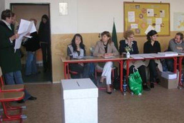 Kým ľudia za plentami zdĺhavo vypĺňali hlasovacie lístky, voliči v rade študovali zoznamy kandidátov na poslancov.