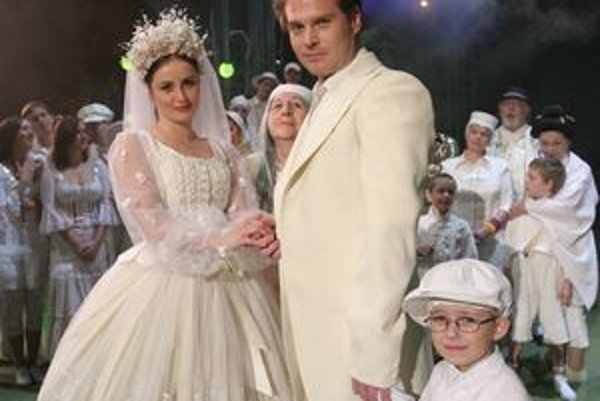 Jakubko Árendáš z Nitry (drží za ruko ženícha) v hre Divotvorný hrniec.