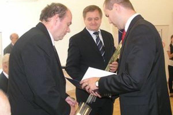 Preukazy a dekréty politickým väzňom odovzdával Ján Ondriáš (vpravo) a Milan Belica.