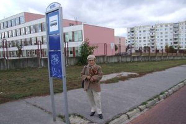 Margita Seifertová žiada mesto o prístrešky už tri roky. Chce ich na všetky zástavky, nielen na vybrané.