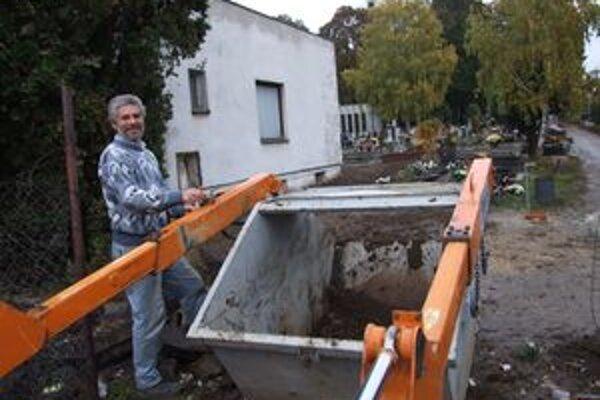 Na chrenovskom cintoríne v Nitre budú neporiadok odstraňovať ešte niekoľko dní.