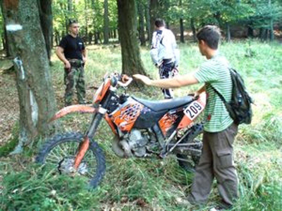 Motorkari V Lese Porusuju Zakon Cihaju Na Nich Policajti A