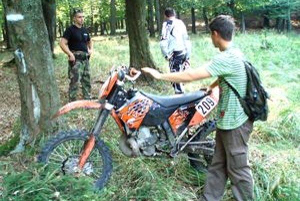 Zadržaný motorkár zo Solčian. Na akcii spolupracovali policajti so strážcami prírody.