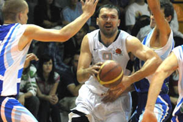 Daniel Novák sa ukazuje ako výrazná posila. V stredu zaznamenal 20 bodov, 5 asistencií, 7 doskokov a 9 získaných faulov.