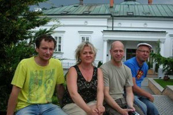Štvorica keramikov pred Park hotelom Tartuf - zľava R. Sederevičius (Litva), E. Suchareva (Rusko), U. Puhkan (Estónsko) a M. Grosbahs (Lotyšsko).