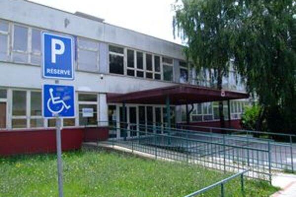 Najviac sa odsunula rekonštrukcia Základnej školy Topoľová. Pôvodne sa malo pracovať už od polovice júna, dodnes však nebola vypísaná verejná súťaž.