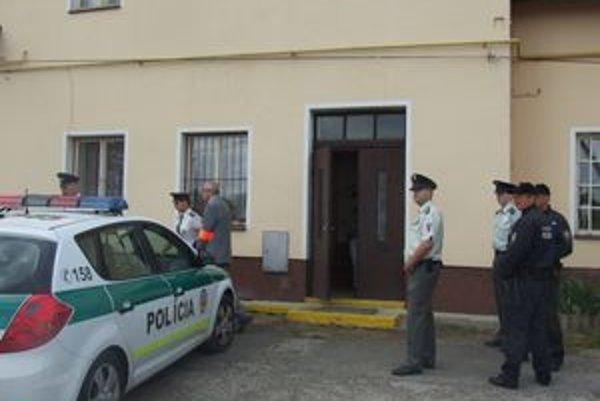 Obžalovaný prednosta zostáva vo vyšetrovacej väzbe. Na stanicu, kde súd robil vyšetrovací pokus, ho predviedli v putách.