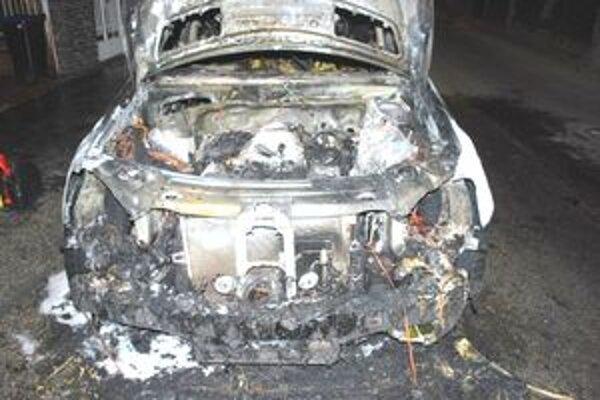 Mercedes úplne vyhorel. Vedľa našla polícia prázdnu bandasku.