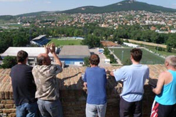 Desiatka verných fanúšikov sledovala futbal z hradu.