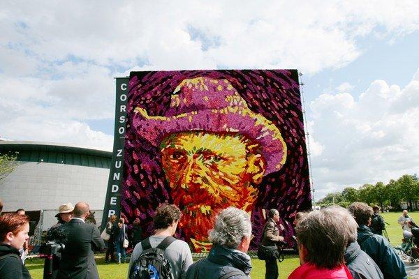 Van Gogh sa dá chytiť. Za jeho rodným domom natrhali nadšenci 50 – tisíc georgín a vytvorili z nich jeho autoportrét, múzeum v Amsterdame ho práve vystavilo. Samotné umelcovo dielo prestáva byť výsadou galérií a vďaka Kultúrnemu inštitútu Googlu je prístu
