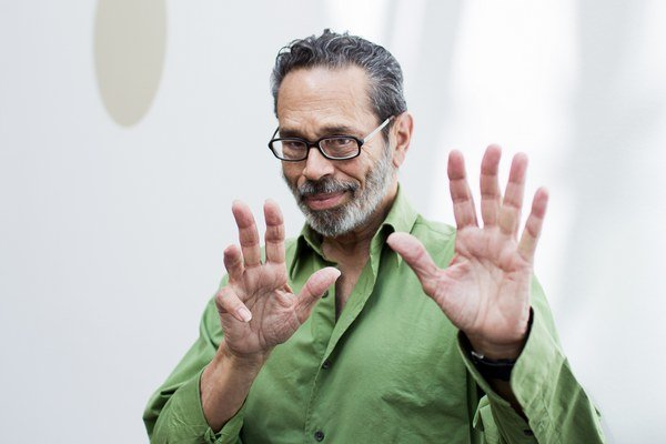 Leo Brouwer (1939) skladateľ, gitarista a dirigent sa narodil v Havane na Kube. Už odmalička ho priťahovalo flamenco, na gitaru začal hrať už ako 13-ročný.