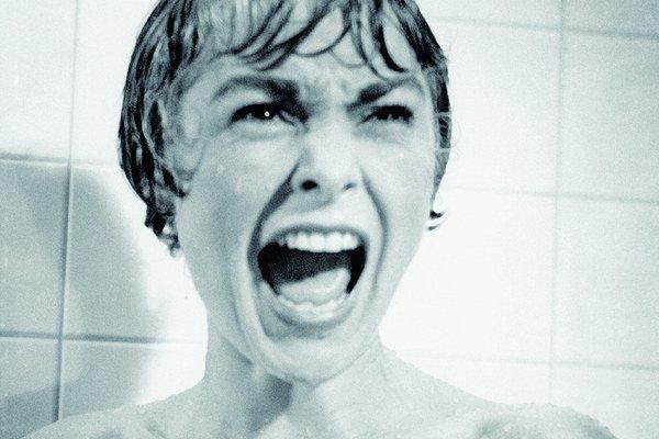 Výkrik herečky Janet Leigh spod sprchy sprevádzala fenomenálna hudba Bernarda Hermanna.