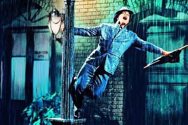 Gene Kelly v slávnej scéne z muzikálu Spievanie v daždi (1952)