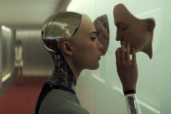 Film Ex Machina oslovuje zmysly aj intelekt. Ako dlho sa udrží v našich kinách?