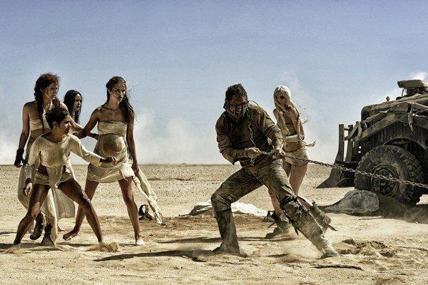 V Mad Maxovi vás čaká dvojhodinová nekončiaca automobilová naháňačka na púšti.
