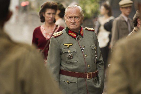 Vynikajúci Niels Arestrup ako generál von Choltitz vo filme Diplomacia.