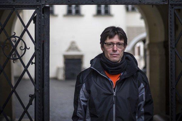 Kamil Zbruž (1964) je konceptuálny básnik, dadaista, performer. Debutoval kolážovitým magazínom Spitý imidž (1993), po ktorom postupne prichádzali nekonvenčné opusy Oddychovka (1998), Sírius (1998) a Primitív (2007). Po sedemročnej odmlke vydal prednedávn