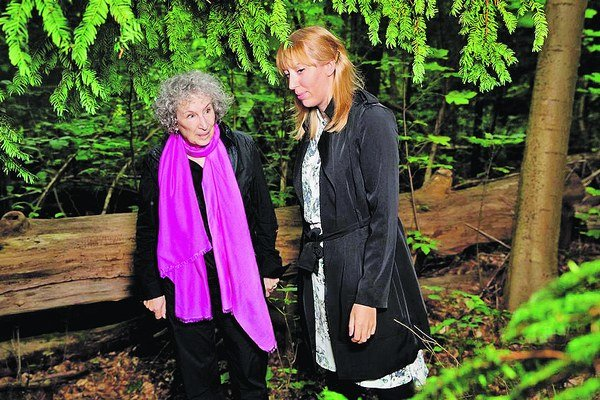 Spisovateľka Margaret Atwoodová s autorkou projektu Knižnice budúcnosti Katie Patersonovou.