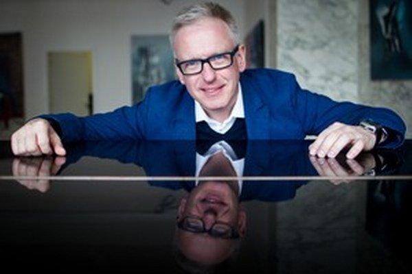 Mariusz Szczygieł (1966) je poľský novinár a spisovateľ, ktorý nedávno založil nakladateľstvo, ktoré vydáva len literatúru faktu. V Poľsku sa stal známy aj vďaka televíznej talkshow, jeho kniha esejistických reportáži o Česku Gottland (2006) sa stala  l